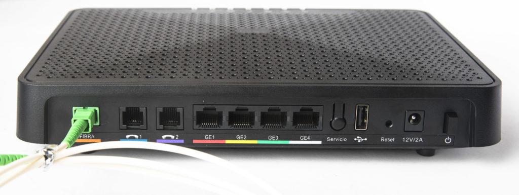 router y latiguillo de fibra óptica